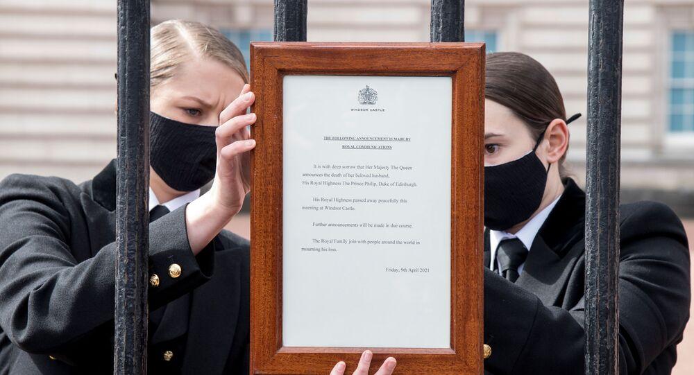 Informacja o śmierci księcia Filipa na wrotach Pałacu Buckingham