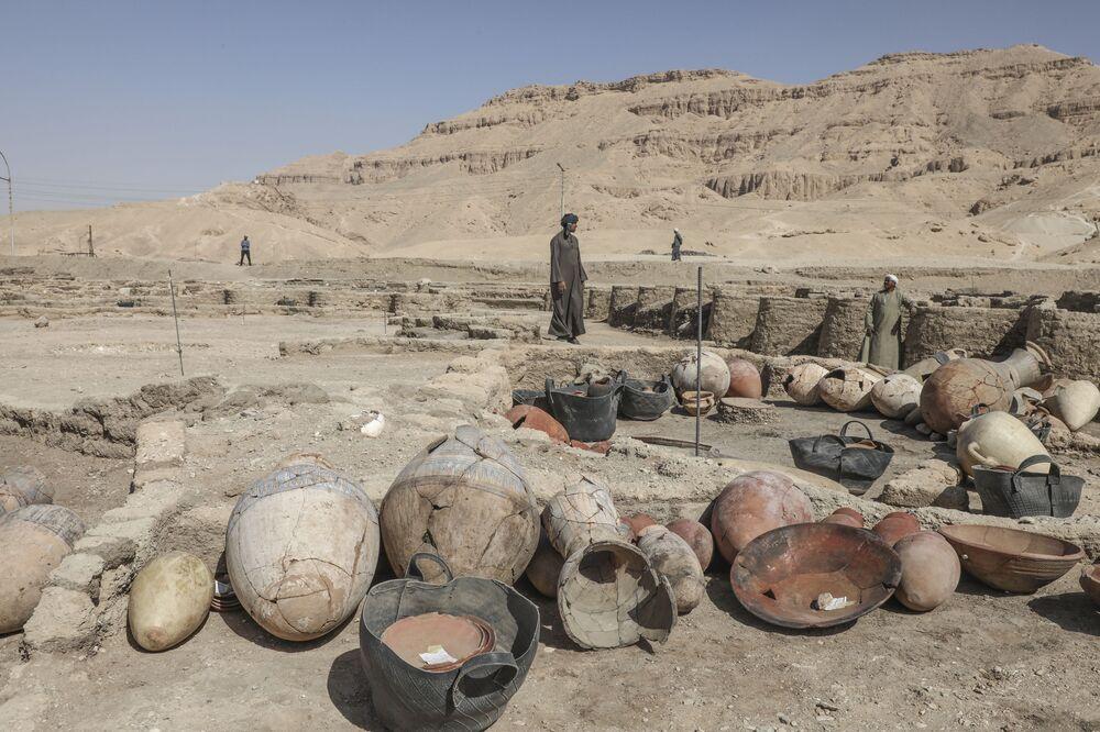 """Wykopaliska w miejscu """"Złotego Miasta"""" odkrytego w pobliżu Luksoru w Górnym Egipcie"""