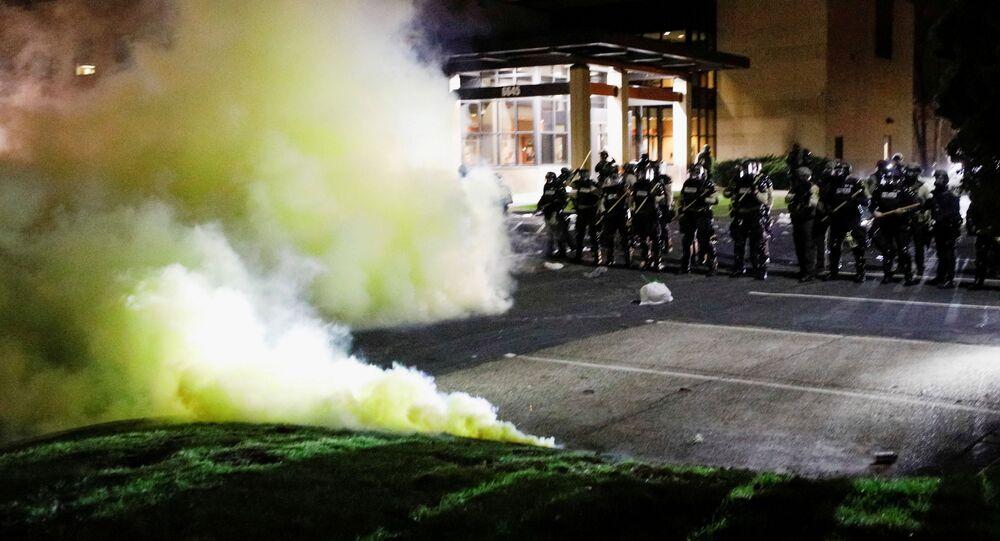 Gaz łzawiący na miejscu starcia protestujących z policją w mieście Brooklyn Center w Minnesocie