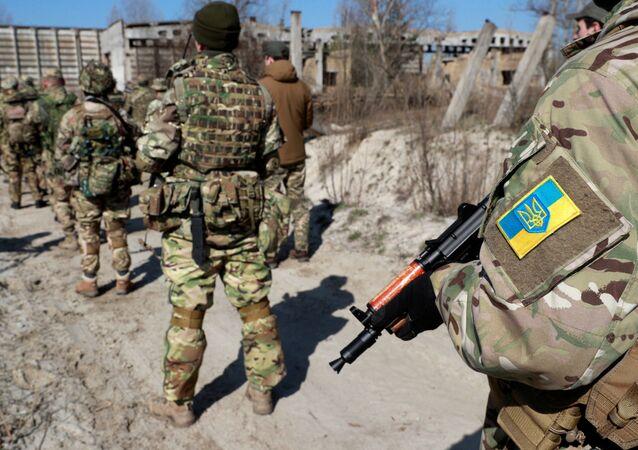 Rezerwiści 130. batalionu obrony terytorialnej Ukrainy podczas ćwiczeń