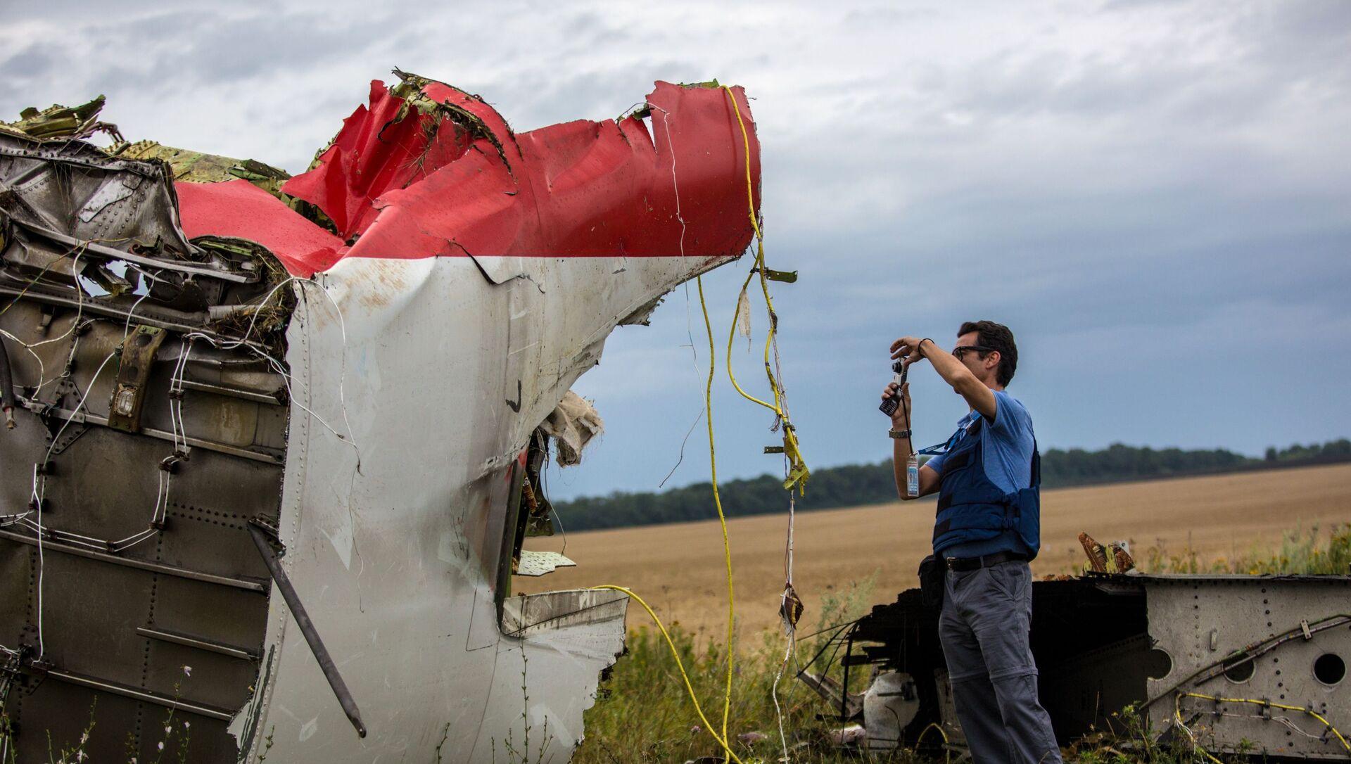 Eksperci misji OBWE na miejscu katastrofy samolotu Boeing 777 malezyjskich linii lotniczych w rejonie miasta Szachtar, Donieck - Sputnik Polska, 1920, 12.04.2021