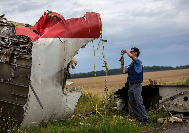 Eksperci misji OBWE na miejscu katastrofy samolotu Boeing 777 malezyjskich linii lotniczych w rejonie miasta Szachtar, Donieck.