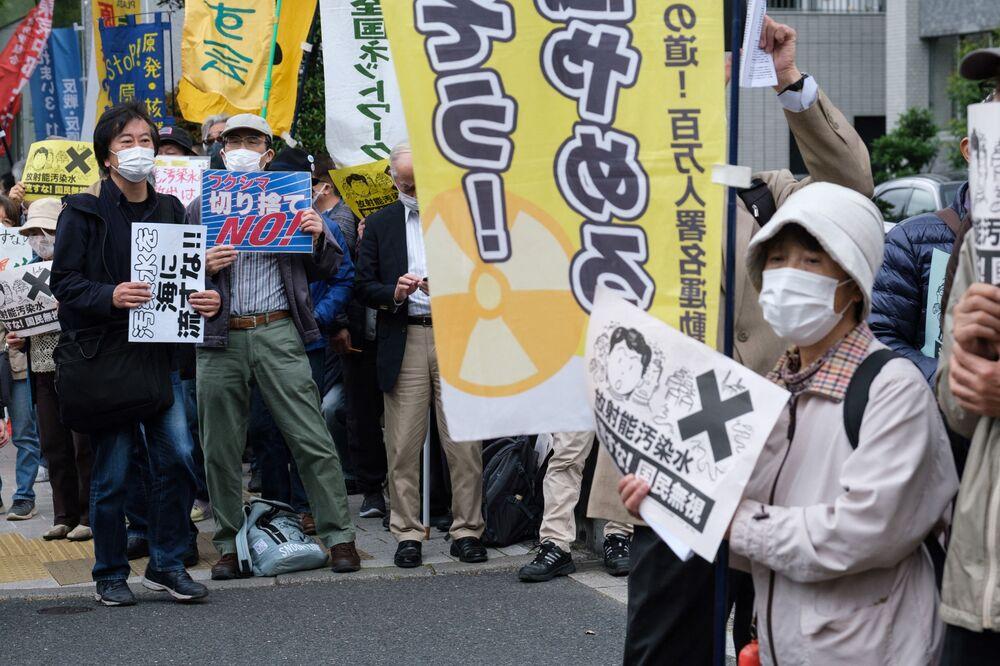 Protestujący podczas protestu przeciwko planowi japońskiego rządu wypuszczenia ponad miliona ton wody z elektrowni atomowej Fukushima do oceanu