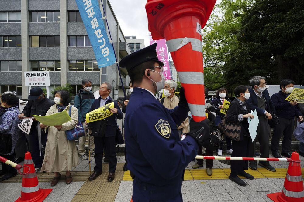 Protesty przeciwko planowi japońskiego rządu spuszczenia wody z elektrowni atomowej Fukushima do oceanu