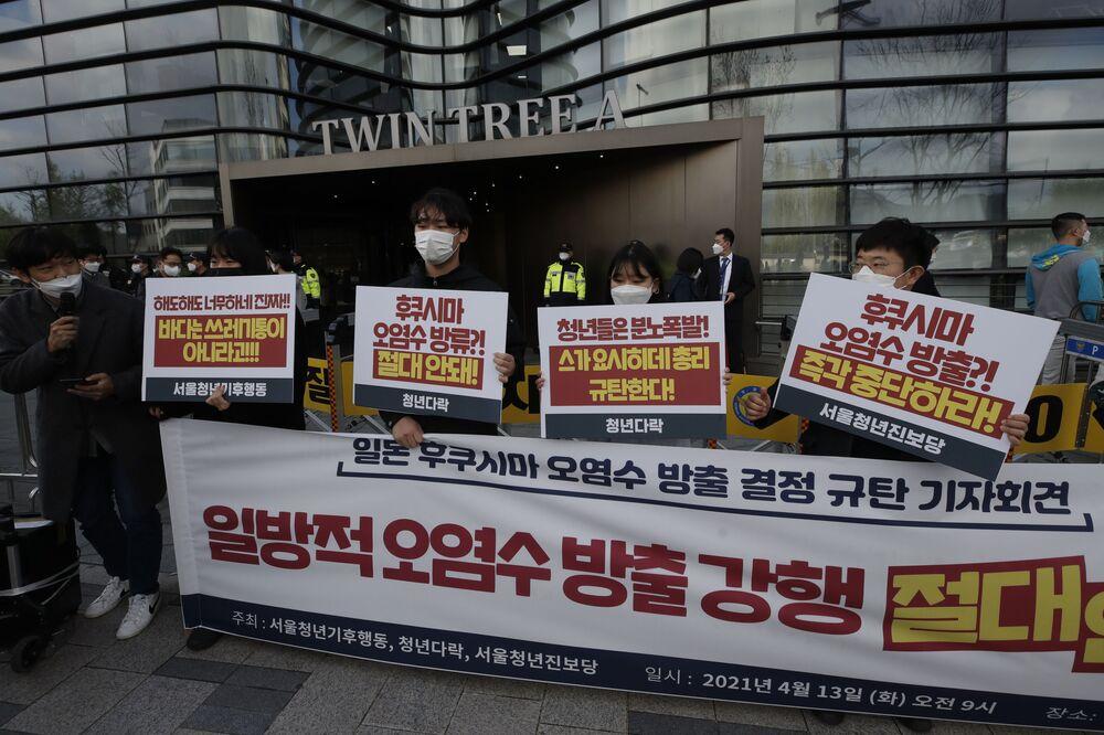 """Protesty młodzieży przeciwko uwolnieniu wód radioaktywnych do oceanu z elektrowni jądrowej """"Fukushima-1"""" w Seulu w Korei Południowej"""