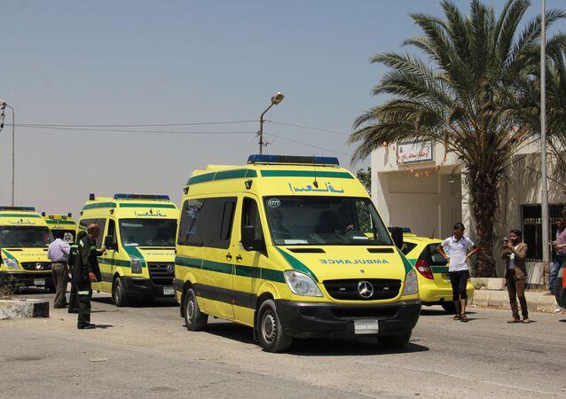 Karetki pogotowia na przejściu granicznym Rafah w Egipcie