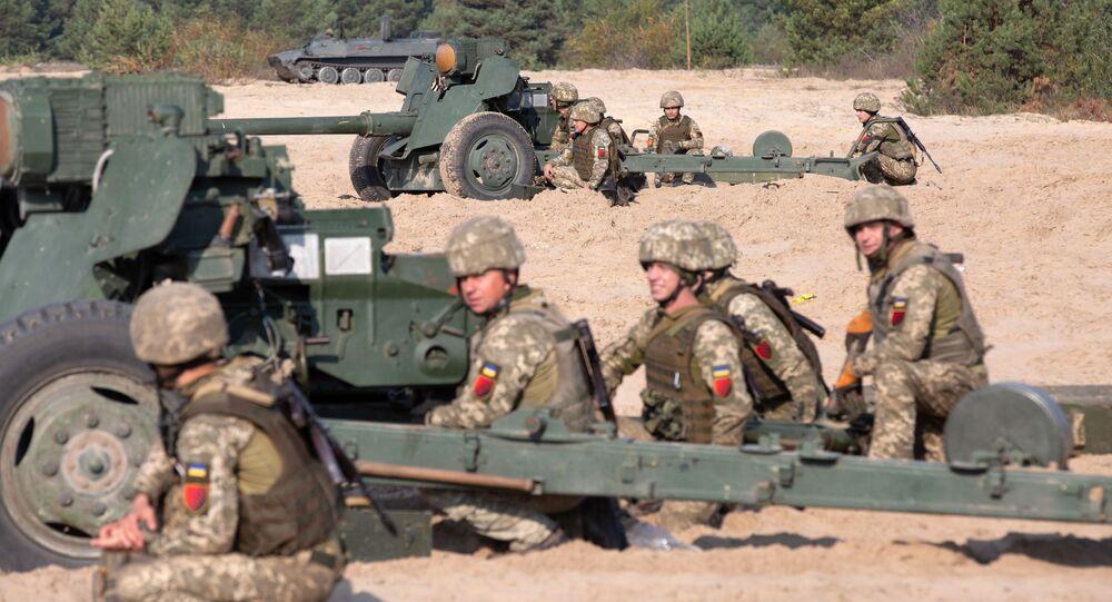 """Ukraińscy żołnierze w pobliżu dział przeciwpancernych MT-12 """"Rapira"""""""
