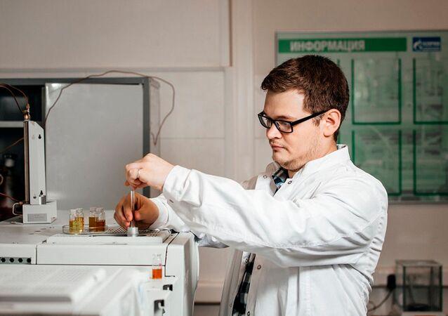 Inżynier z Wydziału Inżynierii Chemicznej Politechniki Tomskiej Ilja Bogdanow pracuje z próbkami paliw