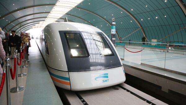Maglev - pociąg z unoszeniem magnetycznym w Szanghaju - Sputnik Polska