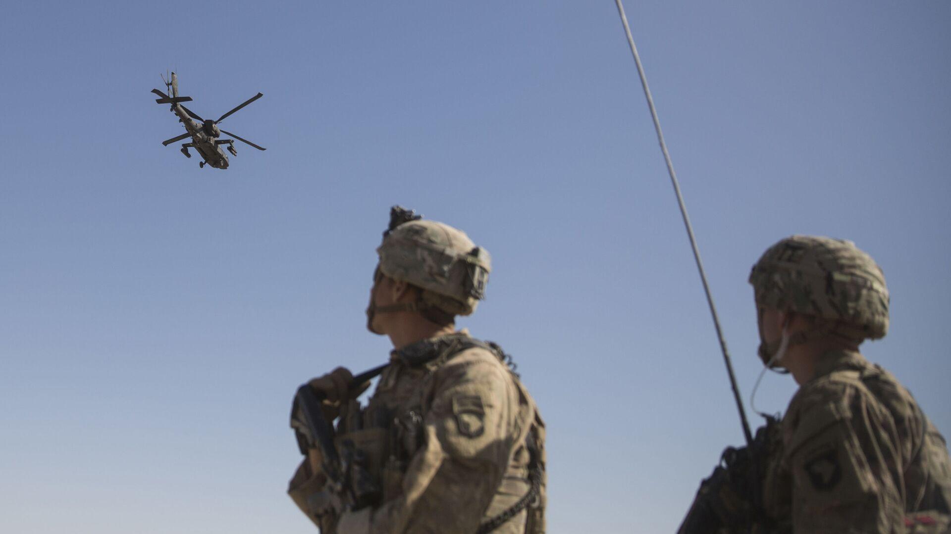 Amerykańscy Marines obserwują helikopter AH-64 Apache na lotnisku Bost w Afganistanie - Sputnik Polska, 1920, 31.07.2021
