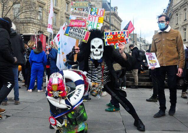 """Uczestnicy protestu przeciwko ustawie """"O bezpieczeństwie globalnym"""" na Placu Republiki w Paryżu"""