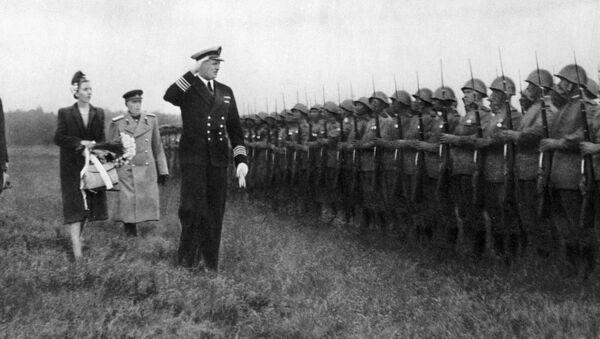 Książę Fryderyk, księżniczka Ingrid i gubernator Stemann wraz z dowódcą wojsk radzieckich, generałem Fiodorem Korotkowem w obecności wojsk radzieckich, które wyzwoliły wyspę Bornholm podczas II wojny światowej. - Sputnik Polska