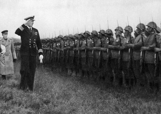 Książę Fryderyk, księżniczka Ingrid i gubernator Stemann wraz z dowódcą wojsk radzieckich, generałem Fiodorem Korotkowem w obecności wojsk radzieckich, które wyzwoliły wyspę Bornholm podczas II wojny światowej.
