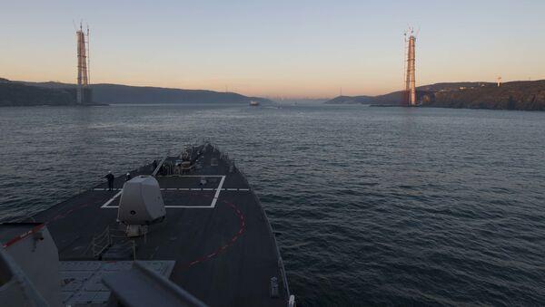 Amerykański niszczyciel rakietowy typu Arleigh Burke USS Cole (DDG 67) szykuje się do przepłynięcia Cieśniny Bosfor. - Sputnik Polska