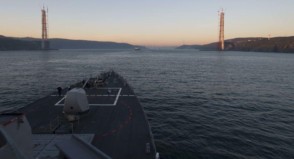 Amerykański niszczyciel rakietowy typu Arleigh Burke USS Cole (DDG 67) szykuje się do przepłynięcia Cieśniny Bosfor.