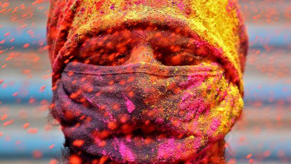 Mężczyzna w masce podczas obchodów lokalnego święta, Chennai, Indie - Sputnik Polska