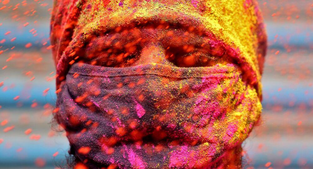 Mężczyzna w masce podczas obchodów lokalnego święta, Chennai, Indie