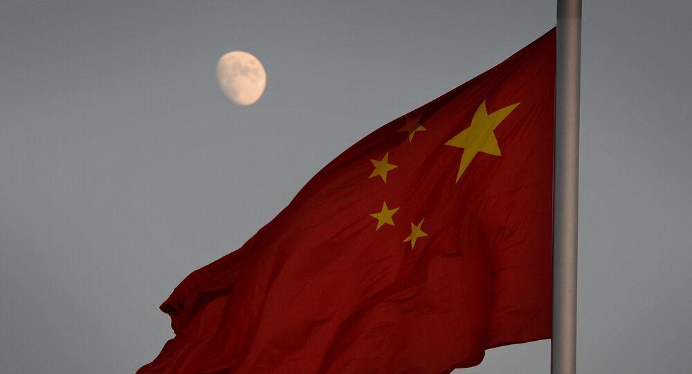 Chińska flaga na tle Księżyca