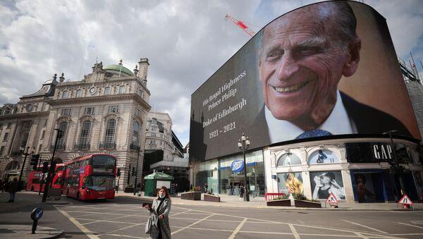 Ekran z portretem księcia Filipa na placu Piccadilly w Londynie w dniu jego śmierci - Sputnik Polska