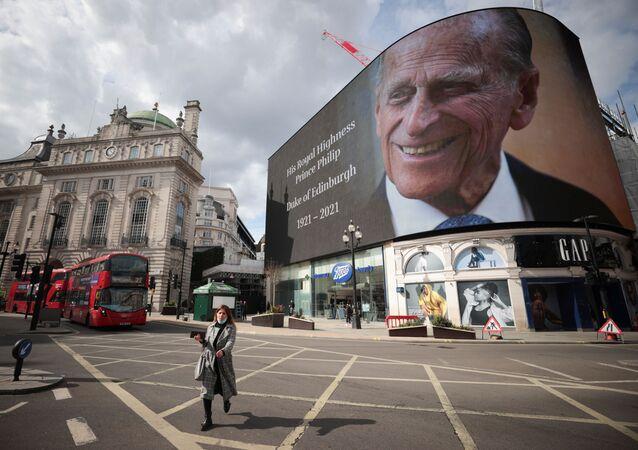 Ekran z portretem księcia Filipa na placu Piccadilly w Londynie w dniu jego śmierci