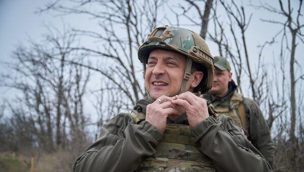 Prezydent Ukrainy Wołodymyr Zełenski podczas inspekcji pozycji ukraińskich sił zbrojnych w Donbasie. - Sputnik Polska