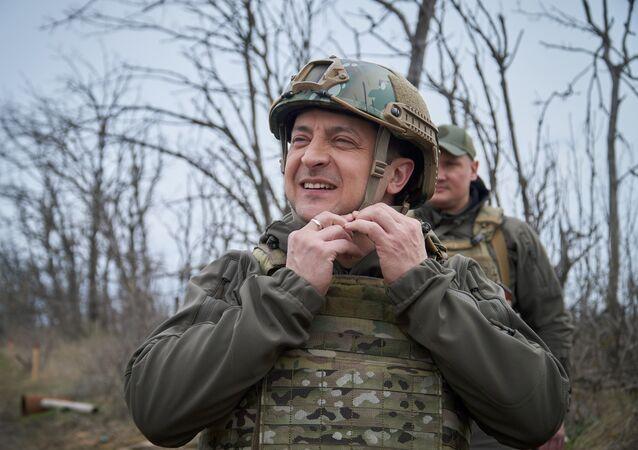 Prezydent Ukrainy Wołodymyr Zełenski podczas inspekcji pozycji ukraińskich sił zbrojnych w Donbasie.
