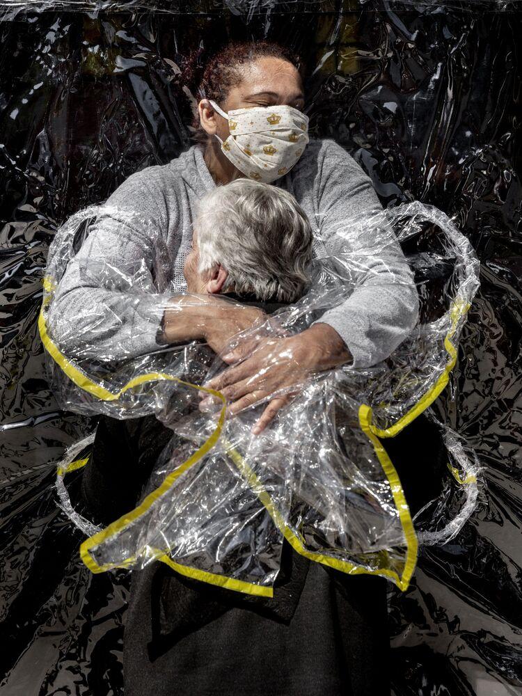 Mads Nissen, First embrace, zdjęcie roku 2021 i najlepsze zdjęcie w kategorii News - zdjęcia pojedyncze