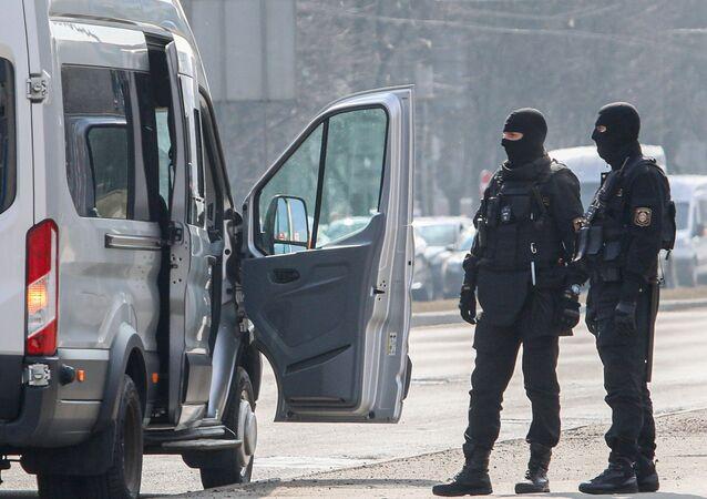 Funkcjonariusze służb bezpieczeństwa na Białorusi
