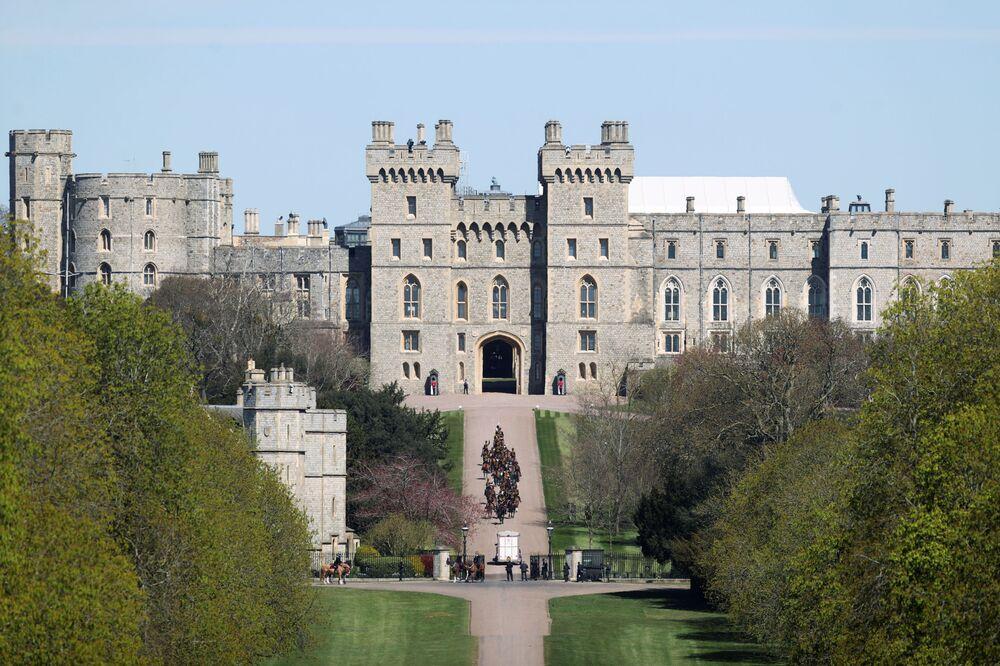 Oddziały Królewskiej Artylerii Konnej docierają do zamku Windsor