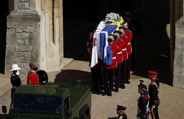 Trumna z ciałem księcia Filipa niesiona jest podczas pogrzebu w zamku Windsor - Sputnik Polska