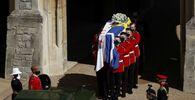 Trumna z ciałem księcia Filipa niesiona jest podczas pogrzebu w zamku Windsor