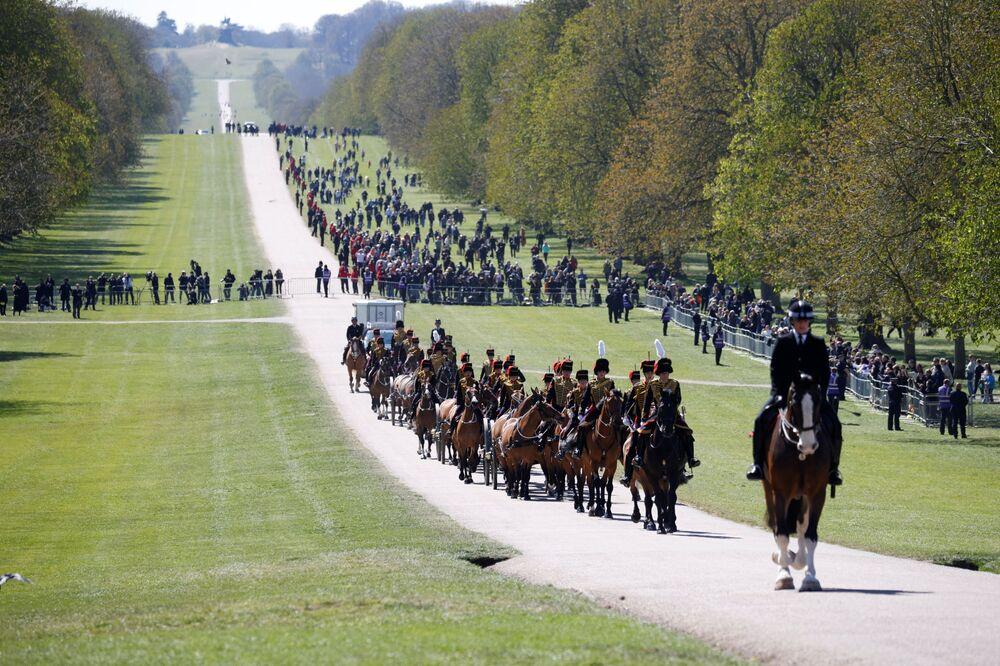 Członkowie Królewskiej Artylerii Kawalerii przybywają do zamku Windsor w dniu pogrzebu księcia Filipa