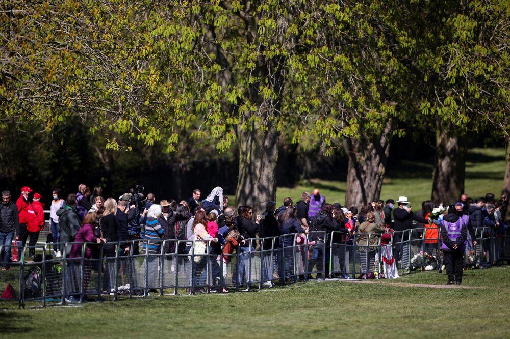 Ludzie gromadzą się w pobliżu zamku Windsor w dniu pogrzebu brytyjskiego księcia Filipa