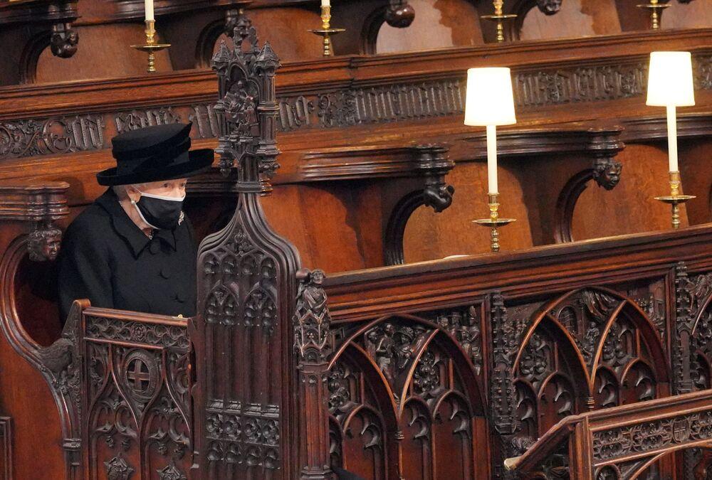 Królowa Elżbieta II na pogrzebie księcia Filipa w kaplicy św. Jerzego w Windsorze