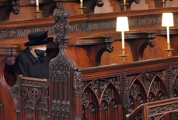 Królowa Elżbieta II na pogrzebie księcia Filipa w kaplicy św. Jerzego w Windsorze - Sputnik Polska
