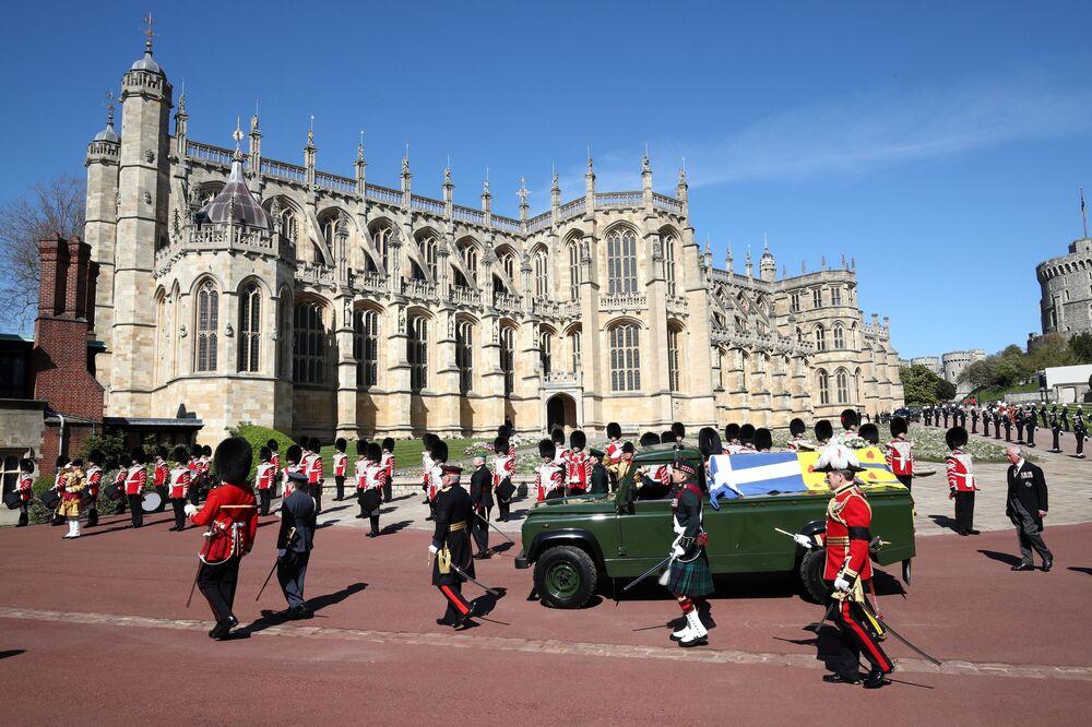 Karawan z trumną księcia Filipa na terenie zamku Windsor