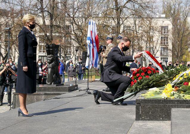 Andrzej Duda podczas uroczystości przed pomnikiem Bohaterów Warszawskiego Getta
