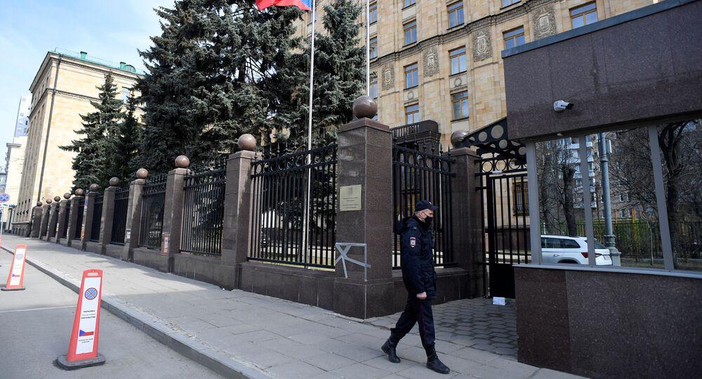 Policjant w Ambasadzie Czech w Moskwie