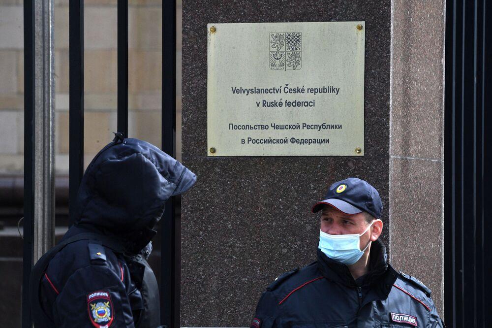 Funkcjonariusze organów ścigania w budynku Ambasady Republiki Czeskiej w Moskwie