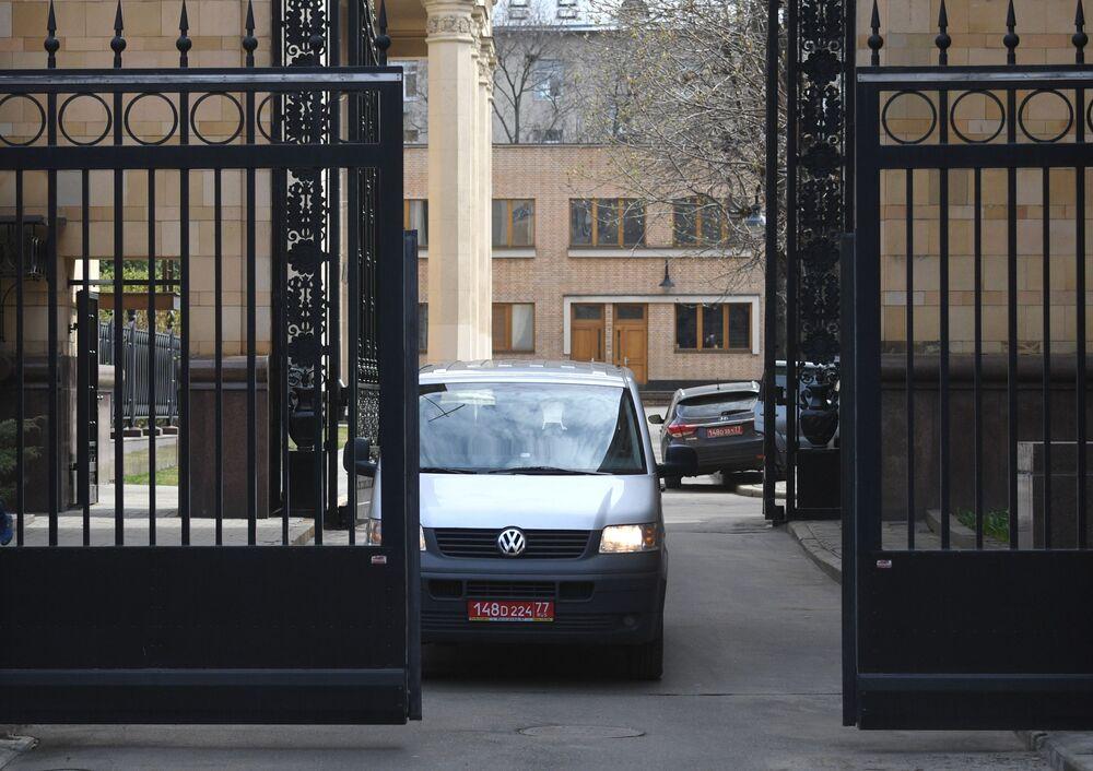 Samochód z numerami dyplomatycznymi wyjeżdża z terytorium Ambasady Republiki Czeskiej w Moskwie