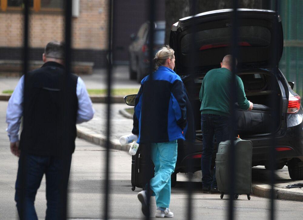 Pracownicy czeskiej ambasady w Federacji Rosyjskiej pakują swoje rzeczy do samochodu w Moskwie