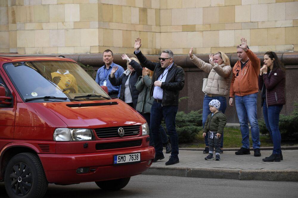 Czescy dyplomaci i członkowie rodzin opuszczają czeską ambasadę w Moskwie