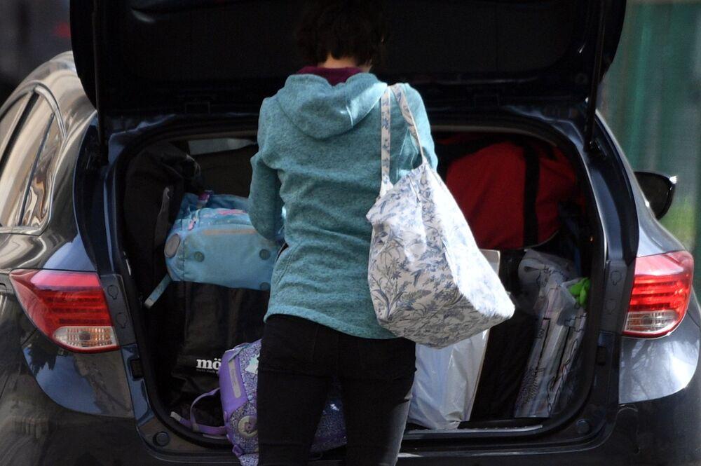 Pracownik czeskiej ambasady w Federacji Rosyjskiej pakuje swoje rzeczy do samochodu w Moskwie