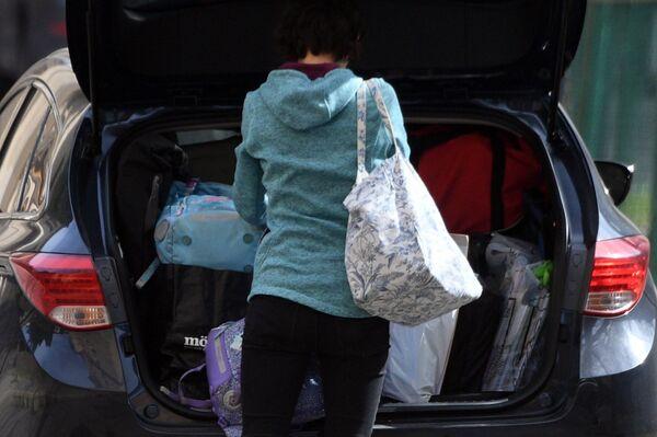 Pracownik czeskiej ambasady w Federacji Rosyjskiej pakuje swoje rzeczy do samochodu w Moskwie - Sputnik Polska