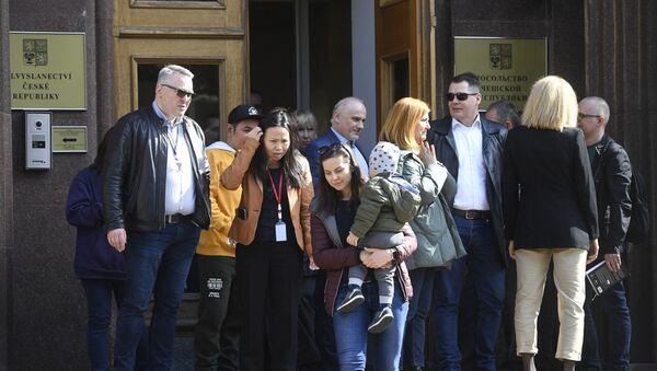 Czescy dyplomaci i członkowie rodzin opuszczają czeską ambasadę w Moskwie - Sputnik Polska