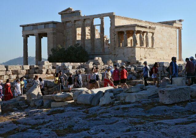Turyści w świątyni Erechtejon w Grecji