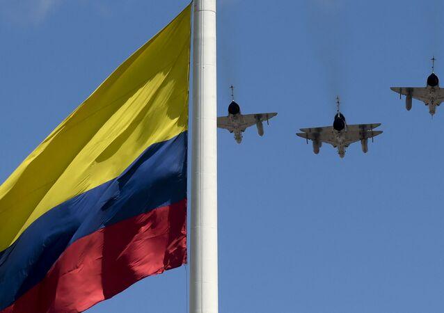 Flaga Kolumbii i myśliwce Sił Powietrznych Kolumbii.