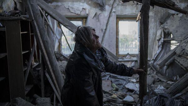 Mieszkanka wsi Staromichajłowka w obwodzie donieckim, która ucierpiała podczas ostrzału - Sputnik Polska