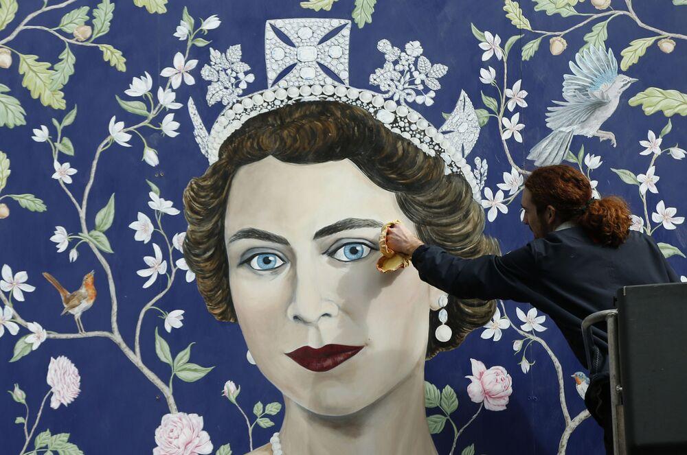 Freska przedstawiająca królową Wielkiej Brytanii Elżbietę II w Londynie