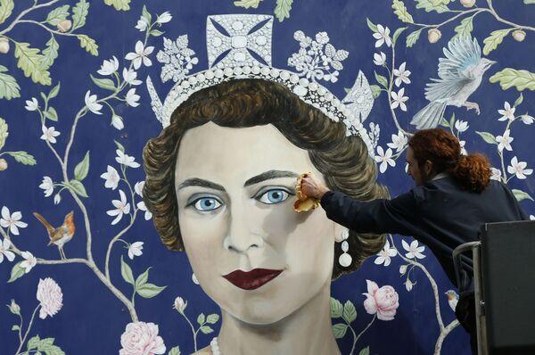 Freska przedstawiająca królową Wielkiej Brytanii Elżbietę II w Londynie  - Sputnik Polska